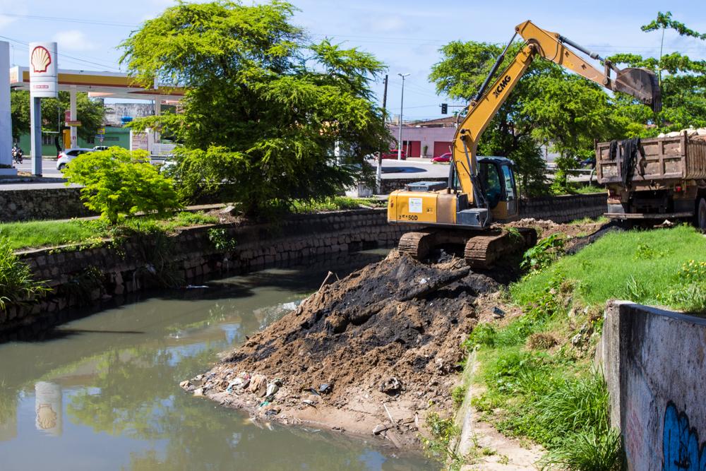 Equipes trabalham na extração de resíduos no Riacho Salgadinho. Foto: Secom Maceió