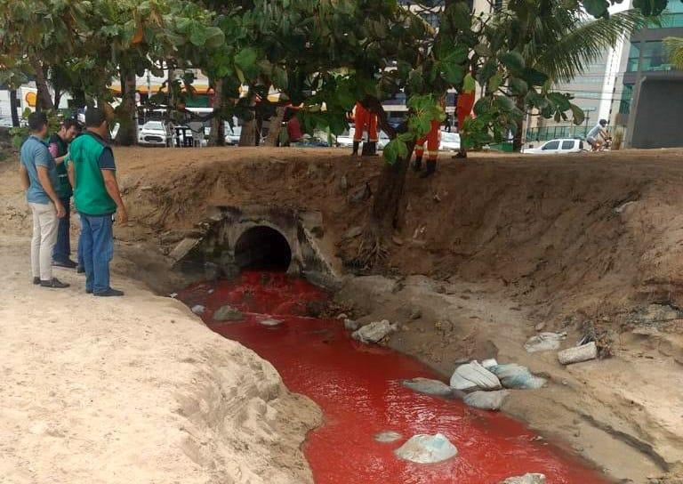 Equipe de fiscalização da Sedet identifica despejo de esgoto no mar (Foto: Ascom Sedet)