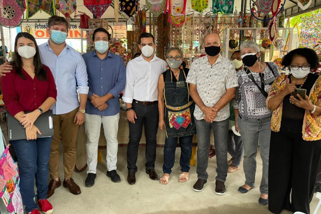 Secretários estiveram reunidos com artesãos do local. Foto: Ascom Sedet