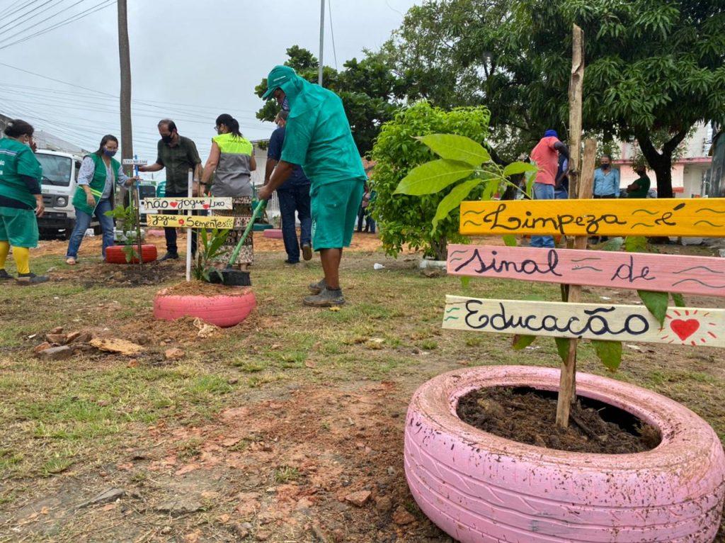 Material é utilizado para auxiliar no crescimento de árvores plantadas. Foto: Ascom Sudes