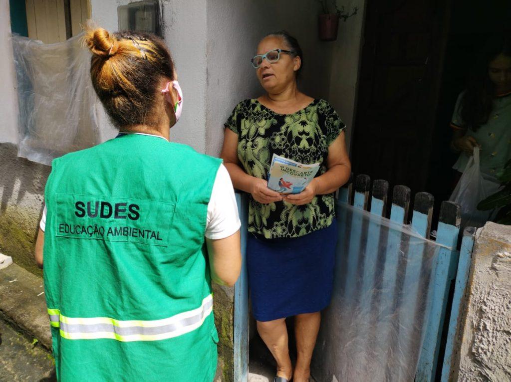 Equipe de educação ambiental realiza ação porta a porta no Trapiche. Foto: Ascom Sudes
