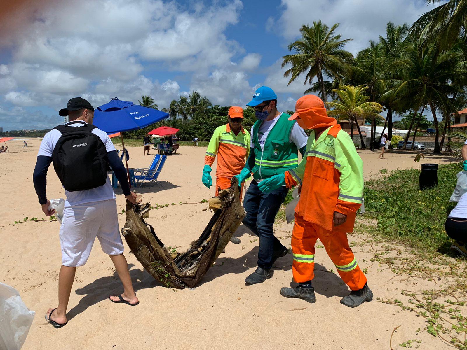 Ação retirou mais de 100 quilos de lixo da praia de Guaxuma. Foto: Ascom Sudes